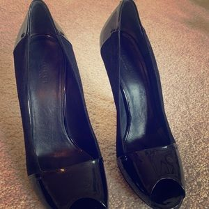 Gucci black patent leather/suede open toe pumps